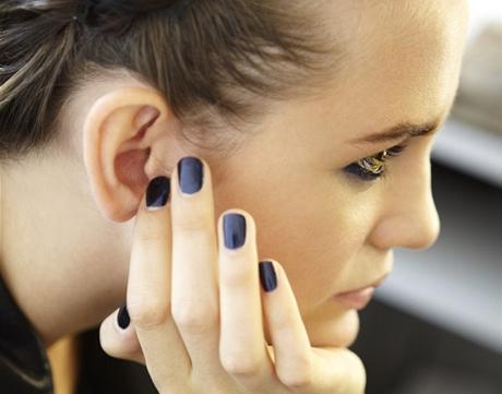 Modelka v zákulisí jarní přehlídky Giorgio Armani s nehty v modrém odstínu z nové kolekce
