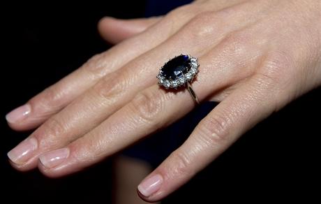 Snoubenka prince Williama Kate Middleton nenosí přehnaně dlouhé nehty a volí jemný béžový odstín laku.