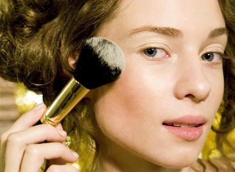 Rozjasňující pudr nanášejte pouze na horní okraj lícních kostí a na špičku nosu.