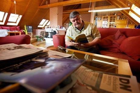 Televizor, hora filmů na DVD, grafiky a knihovna dominují obývacímu koutu