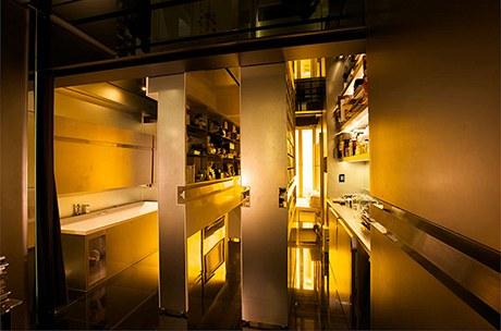 Plochy stěn narušují v úrovni pasu stříbrné lišty, které slouží jako úchyty ke snadnému ovládání posunů příček
