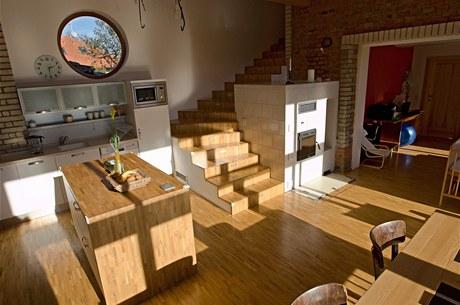 Kuchyně s kulatým oknem. Jde nejen o zdroj světla, ale především o zajímavý prvek