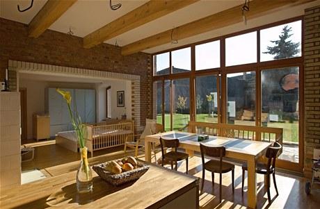 Dřevo a hodně místa pro stůl. Autorem přestavby selského gruntu na Přerovsku je architekt Martin Lubič