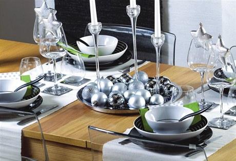Chlad ze severu. Jednoduché tvary, bílá barva a třpyt. Tak vidí pro letošní zimu slavnostní stoly designéři z firmy IKEA. Drží se jednoduchosti, i když jde o Vánoce