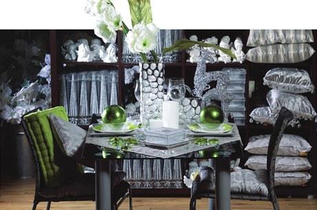 Hvězdičky na stole. Poházejte na stůl blýskavé hvězdičky. Podobné dekorace jsou levné a stůl rozzáří