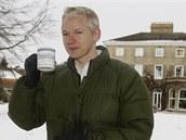 Julian Assange před dočasným domovem ve venkovském sídle Ellingham Hall v anglické obci Bungay (17. prosince 2010)
