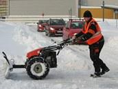 Údržba odklízí sníh v parkovacím domě obchodního centra Forum Liberec.