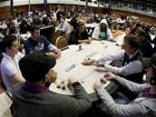 STOVKY HRÁČŮ. Na turnaj European Poker Tour se do Prahy sjely stovky hráčů.
