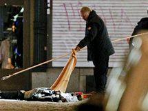 Švédští policisté vyšetřují výbuch v centru Stockholmu (11. prosince 2010)