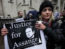 Příznivci Juliana Assange čekají před soudem (16. prosince 2010)