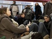 Sníh a mráz uvěznil na letišti ve Frankfurtu nad Mohanem kolem tisícovky pasažérů