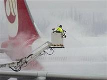 Německá letiště museli kvůli sněhu zrušit několik stovek letů