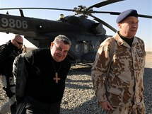 Pražský arcibiskup Dominik Duka navštívil české vojáky v Afghánistánu.