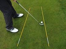 Tréninkové hůlky znázorňují, že takto trefený míč znamená ránu zvanou pull.