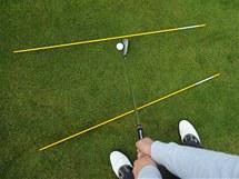 Tréninkové hůlky znázorňují, že takto trefený míč znamená ránu zvanou push.
