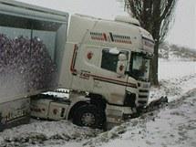 Kamion po srážce s opelem 85letého řidiče u Roudnice.