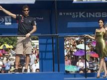Mark Webber kyne davům Thajců před svou jízdou ulicemi Bangkoku.