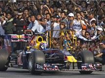 Mark Webber s vozem týmu Red Bull při jízdě ulicemi thajského Bangkoku.