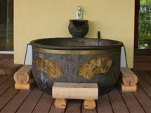 Objemná bronzová vana na terase je vyhřívaná. Také pochází přímo z Japonska