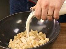 Pokrájené starší pečivo zalijte mlékem
