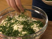 K masu s pečivem a vejci přidejte strouhaný parmazán a čerstvou petrželku