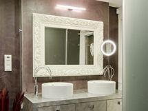 Hlavní dominantu koupelny tvoří pult sumyvadly ve stříbrné fólii svestavnými zásuvkami pod deskou