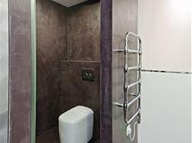 Cementová stěrka v koupelně rodičů má hnědofialový nádech