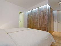 Stěna šatny je dvouplášťová, tvoří ji podsvícené plexi sbambusem