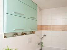 Koupelna s obklady Rako a závěsnou skříňkou zhotovenou na zakázku