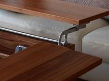 Detail stolku, u něhož lze zvýšit horní desku