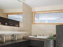 Doplňky ve stylu etno nechybí ani v koupelně. Originální dekoraci představují obří bambusové květináče.
