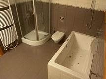 Koupelny v domě jsou vybaveny nadstandardní sanitární keramikou (Keramag, JOOP!, Vitelle)