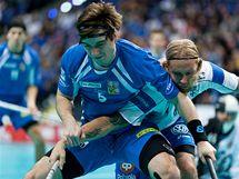 Pavel Brus (vlevo) v semifinálovém duelu s Finskem.