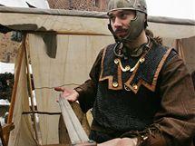Miroslav Dobrý ze společnosti Daoine Ceilte prezentoval výzbroj na hradním nádvoří  hradu Loket.