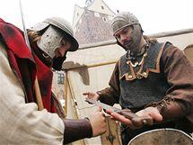 Tomáš Polata (vlevo) Miroslav Dobrý ze společnosti Daoine Ceilte prezentovali výzbroj na hradním nádvoří  hradu Loket.