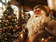 Ve dvou křídlech zámečku je v řadě místností stálá prodejní výstava vánočních dekorací - ručně malovaných ozdob, stromků, betlémů, svíček, keramiky z Čech i celého světa.