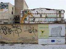 Stavba nového olomouckého tříhvězdičkového hotelu Ibis začala demolicí bývalé sladovny ve Wolkerově ulici.