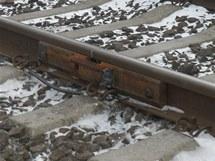 Železničáři opravují mrazem prasklé koleje spojem.