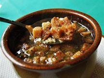 Restaurace Eldorado - polévka s opečeným chlebem.