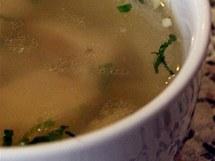 Bistro Dragon - kuřecí polévka, kterou nad průměr vyzvedávala pořádná porce masa..