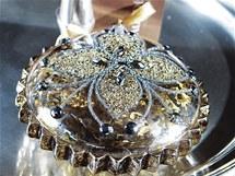 Šperk na stole. Na stůl stačí poházet dekorace, které vypadají jako starožitný šperk