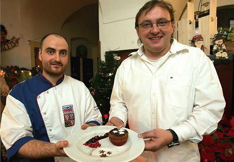 Kuchař Pavel Bicek a majitel restaurace Pavel Zítko se zákuskem.