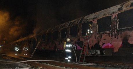 Při požáru odstavené vlakové soupravy uhořel v Brně člověk.