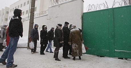 Příbuzní zadržených čekají u bran věznice v Minsku (20. prosince 2010)