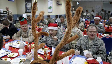 Vojáci NATO na základně mezinárodních bezpečnostních sil ISAF na afghánské základně v Kábulu (24. prosince 2010)
