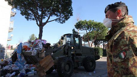 Vánoční ulice Neapole, město zaplavily odpadky. S jejich likvidací pomáhá armáda