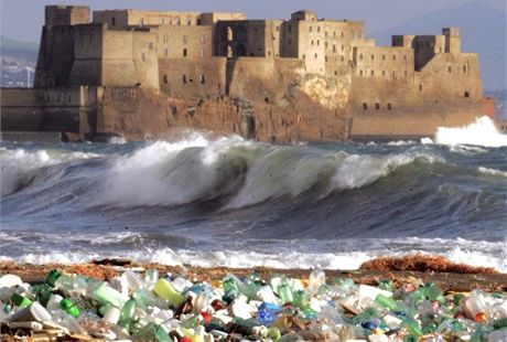Italská pláž poseta smetím, které vyplavila bouře. Mafie si z popelařiny udělala výnosný byznys, už léta je odpad odváží na černé skládky nebo je zakopává pod zem.