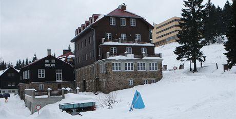 Hotel Sulov, v pozadí apartmány na Bílém Kříži, které vlastní Drobil, Knetig a Zátorský.