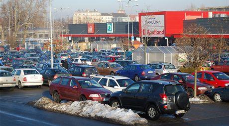 Plné parkoviště v době bezplatné MHD v době smogu v Ostravě.