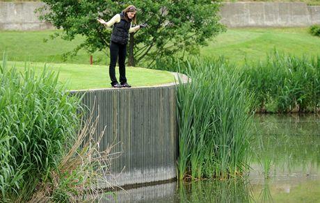 KDE JE TEN MÍČ? Co jiného by taky adeptka golfové hry hledala v hluboké tůni, že?
